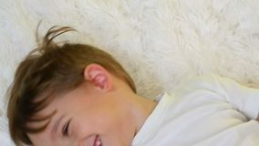 Zakończenie dziecko trzyma dalej biały powszechnego patrzejący kamerę przy zwalniającym tempem Dziecko pokazuje radość i dużego zbiory wideo