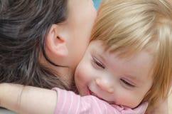 Zakończenie, dziewczynki przytulenie z mamą zdjęcia royalty free