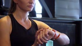 Zakończenie dziewczyny ` s ręka i jej wristwatch zbiory