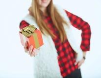 Zakończenie dziewczyny ` s ręka z prezenta pudełkiem Selekcyjna ostrość Zdjęcia Stock
