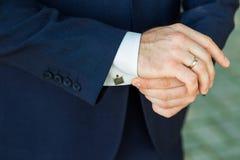 Zakończenie elegancj męskie ręki Fotografia Royalty Free