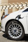Zakończenie elektrycznego samochodu pojazdu samochód z kablem czopował w związanego elektryczna ładuje stacja Fotografia Stock