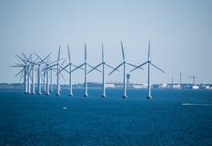 Zakończenie elektryczny wywołujący wiatrowy gospodarstwo rolne w morze bałtyckie b Zdjęcia Royalty Free