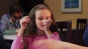 Zakończenie excited mała córka opowiada, szczęśliwa matka słucha zbiory wideo