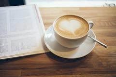 Zakończenie filiżanka kawy na drewnianym stole Fotografia Royalty Free