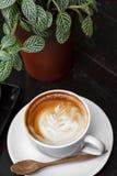Zakończenie filiżanka latte kawa na drewnianym (Selekcyjna ostrość) obraz royalty free