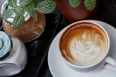 Zakończenie filiżanka latte kawa na drewnianym (Selekcyjna ostrość) zdjęcie stock