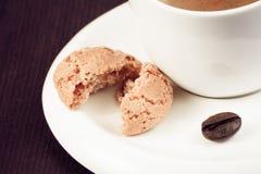 Zakończenie filiżanka włoska kawy espresso kawa i biskwitowa pobliska kawowa fasola Obraz Stock