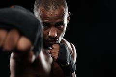 Zakończenie fotografia afroamerican bokser, pokazuje jego pięści Obrazy Royalty Free