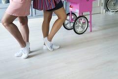 Zakończenie fotografia gładkie żeńskie nogi Obrazy Royalty Free
