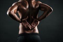 Zakończenie fotografia młody afrykański sporta mężczyzna uczucia ból w jego b Fotografia Stock
