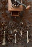 Zakończenie fotografia metal łyżki z aromat kawowymi fasolami coffe i Fotografia Stock