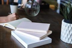 Zakończenie fotografia scheduler notatnik na drewnianym stole Żeńska ręka pisze na papierze Obraz Stock