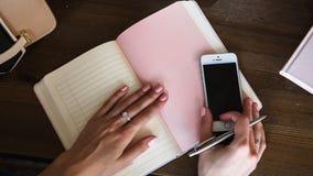 Zakończenie fotografia scheduler notatnik na drewnianym stole Żeńska ręka pisze na papierze Zdjęcie Royalty Free