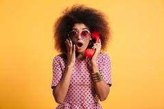 Zakończenie fotografia szokująca retro dziewczyna z afro fryzury mieniem Obrazy Royalty Free