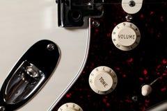 Zakończenie gitary elektrycznej brzmienia i pojemności kontrolne gałeczki Zdjęcia Stock