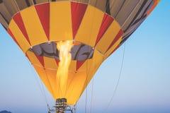 Zakończenie gorące powietrze szybko się zwiększać z ogieniem z nieba backgroun Fotografia Royalty Free