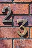 Zakończenie grungy liczba 23 śrubował na zakłopotanej cegle fotografia stock