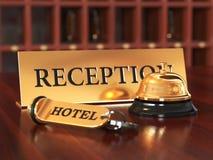 Zakończenie izbowego dostępu klucz i dzwon na drewnianym recepcyjnym biurku S ilustracji