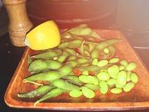 Zakończenie japoński karmowy edamame up ogryza, gotował się zielone soje, Obraz Stock