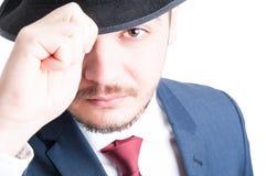 Zakończenie jest ubranym kostium i kapelusz elegancki mężczyzna zdjęcie stock