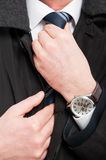Zakończenie jest ubranym zegarek układa jego elegancki mężczyzna krawat zdjęcie royalty free