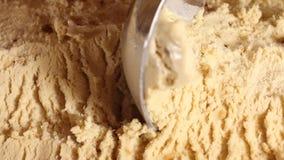 Zakończenie karmelu lody w wielkim pudełku Round łyżka robi shoelaces piłkom dla nabywc lody w gofrach wiruje zbiory