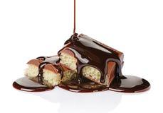 Zakończenie kawałki porowaty czekoladowy bar nalewali ciekłą czekoladę Zdjęcia Royalty Free