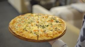 Zakończenie kelner znosi smakowitą pizzę dziewczyna w kawiarni zbiory