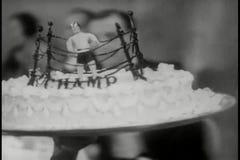 Zakończenie kelnera przewożenia tort zgłaszać zbiory