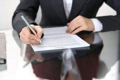 Zakończenie kobiet ręki z piórem nad dokumentem kontakt, biznesowy pojęcie fotografia stock