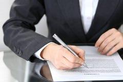 Zakończenie kobiet ręki z piórem nad dokumentem kontakt, biznesowy pojęcie obrazy royalty free