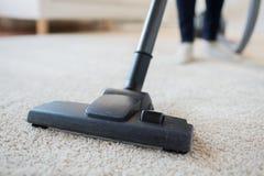 Zakończenie kobieta up iść na piechotę z próżniowym cleaner w domu zdjęcia royalty free
