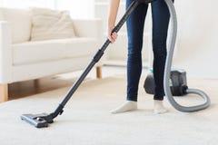 Zakończenie kobieta up iść na piechotę z próżniowym cleaner w domu zdjęcia stock