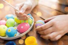 Zakończenie kobieta up wręcza barwić Easter jajka Obraz Royalty Free