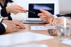 Zakończenie kobieta up wręcza dawać pióru biznesmen dla kontraktacyjnego podpisywania obraz stock