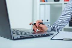 Zakończenie kobieta up wręcza pisać na maszynie na laptop klawiaturze Obraz Royalty Free