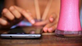Zakończenie kobieta up wręcza używać mądrze telefon przy zdjęcie wideo