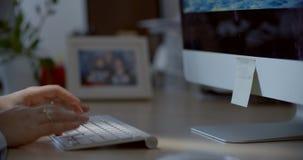 Zakończenie kobieta wręcza używać mądrze telefon w biurze zbiory