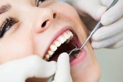 Zakończenie kobieta z otwartym usta podczas oralnego checkup przy dentystą obrazy royalty free
