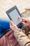 Zakończenie kobiety mienia dotyka ekranu przyrząd Pokazuje EBook obrazy royalty free