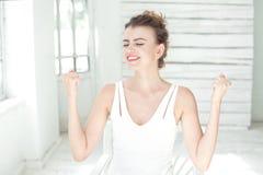 Zakończenie kobiety portarat salowy na białym jaskrawym tle fotografia royalty free