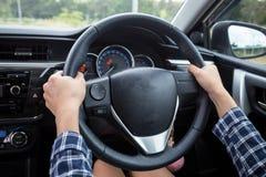 Zakończenie kobiety ręki mienia kierownica Obrazy Stock