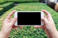 Zakończenie kobiety ręki mienia telefonu komórkowego dopatrywania wideo Obraz Royalty Free