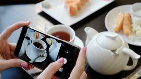 Zakończenie kobiety ` s ręka bierze fotografie karmowy używa telefon komórkowy w restauraci Boczny widok zbiory wideo