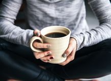 Zakończenie kobiety ` s ręka trzyma filiżankę gorąca kawa moda, czas wolny Fotografia Royalty Free