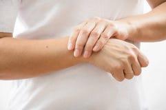 Zakończenie kobiety ` s ręki Z Bolesnym uczuciem W złączu Ręk zdrowie I urazu zagadnienia obrazy royalty free