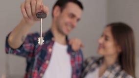 Zakończenie kochająca para trzyma klucz ich nowy mieszkanie, ostrość na kluczu zbiory wideo