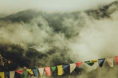 Zakończenie kolorowa Buddyjska modlitwa up zaznacza na mgłowym himalaje tle w Bumthang, Bhutan obrazy royalty free