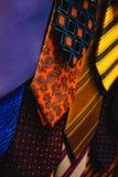 Zakończenie Kolorowi mężczyzna krawatów akcesoriów mody butika druki obrazy stock